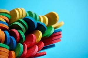 décoration de baguettes en bois multicolores photo