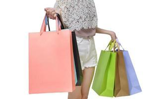 Jolie femme acheteur tenant des sacs isolés sur fond blanc photo