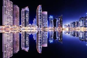 dubai city dans la soirée photo