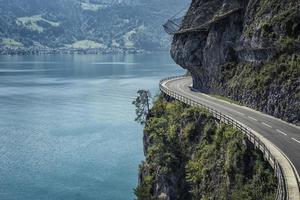 route construite dans la falaise en suisse photo