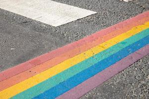 Drapeau de la fierté lgbtq peint sur le passage pour piétons de la ville photo