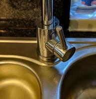robinet et évier chromés photo