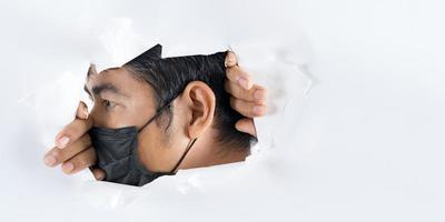 Bouchent le portrait d'un homme portant un masque de protection contre le coronavirus photo