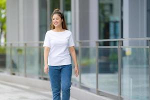 femme en t-shirt blanc et jean bleu photo
