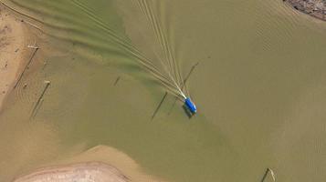 Vue aérienne de dessus du bateau d'excursion à sangklaburi dans la province de Kanchanaburi en Thaïlande photo