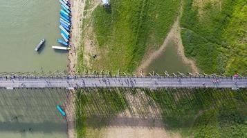 Vue aérienne de dessus du pont en bois avec bateau d'excursion en Thaïlande photo