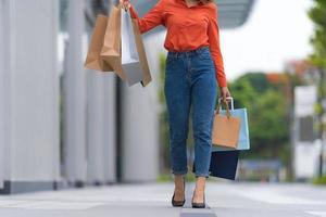 extérieur, portrait, de, femme, jambe, à, tenue, sacs provisions photo