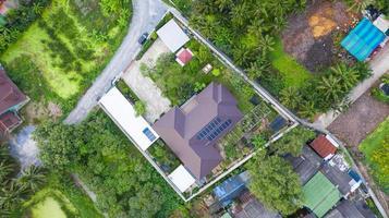 Vue aérienne de dessus des cellules solaires sur le toit des panneaux solaires installés sur le toit de la maison photo
