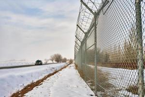 clôture avec du fil de fer barbelé à la frontière de l'objet photo