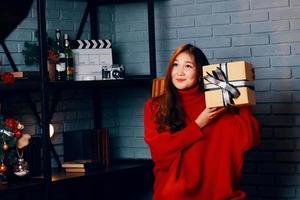 fille asiatique avec un cadeau dans ses mains photo