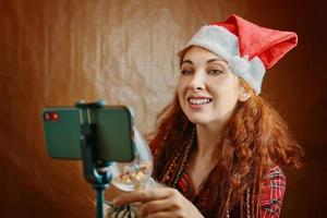 Femme fait un appel vidéo de Noël portant bonnet de Noel photo