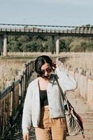 femme utilisant des lunettes de soleil souriant à la caméra photo