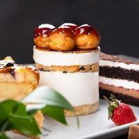 beaux desserts au gâteau au chocolat bouchent photo
