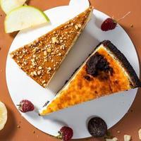 délicieux gâteaux au chocolat colorés avec des fruits, vue du dessus photo