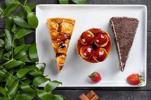 beaux desserts de gâteau au chocolat, vue de dessus photo
