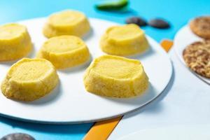 savoureux biscuits jaunes sur fond bleu, gros plan photo