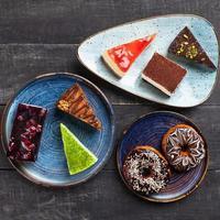 beaux gâteaux au chocolat, desserts et beignets, vue de dessus photo