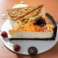 De savoureux gâteaux au chocolat colorés avec des fruits close up photo