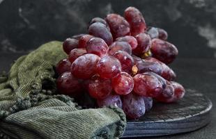 raisins sur fond sombre photo