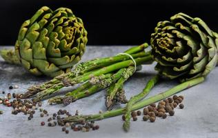 asperges et artichauts aux herbes photo