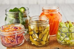 concept de nourriture végétarienne conservée fermentée photo