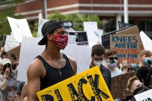 États-Unis, 2020 - homme tenant une pancarte de protestation photo
