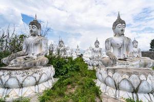 Bouddha blanc en Thaïlande photo