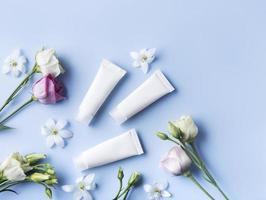 tubes blancs de crème sur fond bleu photo