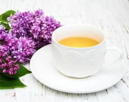 tasse de thé et fleurs lilas photo