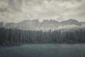 lac carezza dans les dolomites italiennes photo