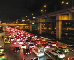 embouteillage dans le fond de lumière de nuit de la ville photo