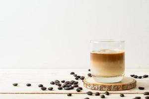 café sale ou lait froid garni de café expresso chaud photo