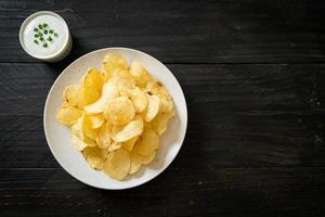 chips de pommes de terre avec sauce à la crème sure photo