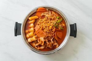 budae jjigae ou budaejjigae, ragoût de l'armée ou ragoût de base de l'armée, avec du kimchi, du spam, des saucisses, des nouilles ramen, et plus encore - un style de plat chaud coréen populaire photo