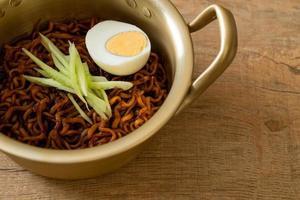 nouilles instantanées coréennes avec sauce aux haricots noirs garnie de concombre et œuf à la coque, jjajangmyeon - style de cuisine coréenne photo