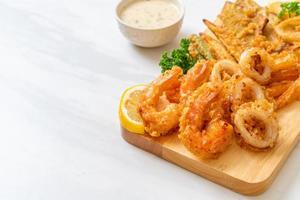 fruits de mer frits, crevettes et calmars, avec mélange de légumes - style de nourriture malsaine photo