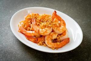 crevettes ou crevettes frites à l'ail sur une assiette blanche - style fruits de mer photo
