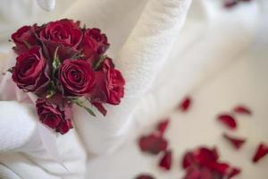 fond de mariage avec des roses rouges photo