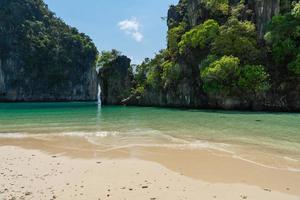 beau paysage de plage blanche et mer bleue de koh hong krabi thaïlande en été photo