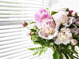 Beau bouquet de pivoine rose dans un vase photo