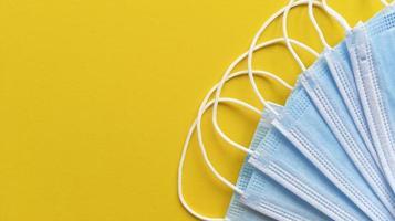 masques médicaux bleus sur fond jaune simple mise à plat avec espace de copie concept médical photo stock