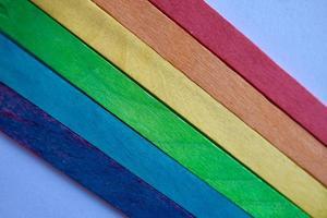 drapeau lgbt avec des baguettes en bois photo