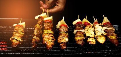 le chef fait griller le barbecue sur la cuisinière photo