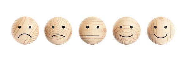 Boules en bois avec icône visage isolé sur fond blanc photo