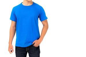 Jeune homme en t-shirt bleu isolé sur fond blanc photo