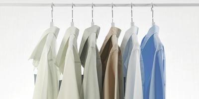 hommes, chemises habillées, vêtements, sur, cintres, blanc, fond photo
