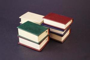 livres sur fond noir photo
