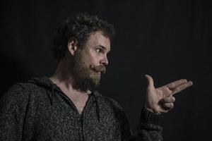 homme barbu moustache avec des émotions sur son visage photo