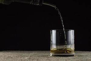 le whisky est versé dans un verre photo