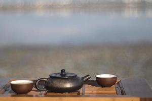 ensemble chinois vintage avec théière yixing cérémonie du thé noir sur fond vert photo
